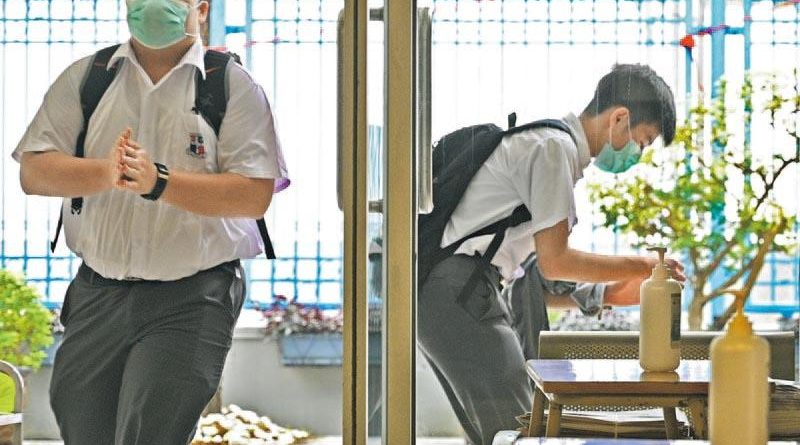 衛理中學復課分流初高中上下午回校 英華小學書桌裝防飛沫膠板