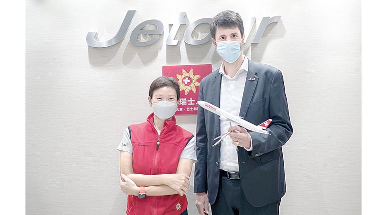 瑞士國家旅遊局香港及南中國首席代表廖佩琴(左),與德國漢莎航空公司華南與港澳總經理Christoph Meyer,大力推廣瑞士深度遊。