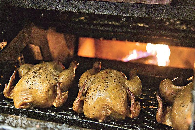 傳統柴火爐煙熏爐全天候運作 烤出香脆多汁美式煙熏肉