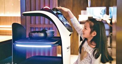 親子樂丨機械喵駐場 識送餐、唱生日歌娛賓 小豆丁興奮食韓烤
