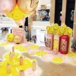 懸掛空中的巨型emograms吊燈上印有多個正能量滿滿的笑臉,鮮黃與金屬色調互相輝映,矚目而喜慶。