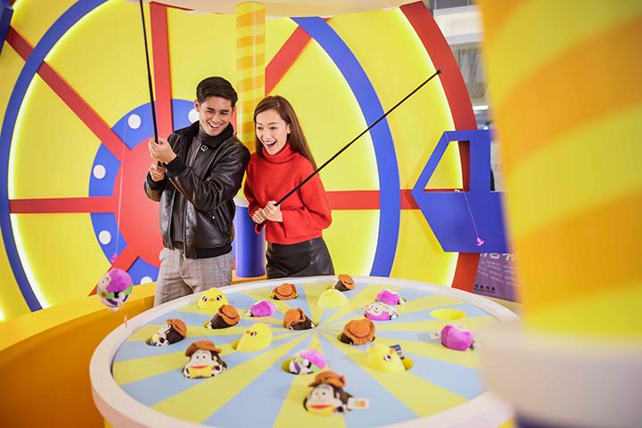 【2021農曆新年】東港城 X life@KCC 帶你進入迪士尼世界 有勞蘇陪你盪韆鞦 反斗奇兵4米高巨型打卡牆 沖天救兵發光氫氣球屋 特設PIXAR新春期間限定店 新一年雙雙共你一飛沖天!