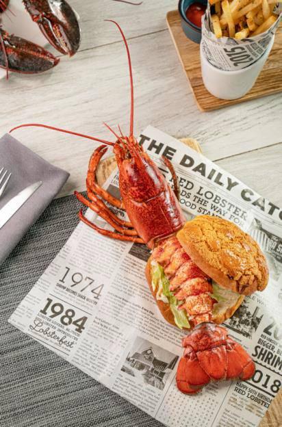 最具本土特色的必屬 龍蝦菠蘿包 Live Lobster Pineapple Bun (HK$298),靈感來自外國的龍蝦包及馳名中外的港式菠蘿包,經餐廳廚師團隊將兩者結合再加以改良,創造出獨一無異的龍蝦菠蘿包。以鮮甜的活龍蝦,夾入近40年的香港老牌港式麵包店「均香餅家」,每日新鮮出爐的香脆菠蘿包,配以開胃的千島醬,令人食指大動。