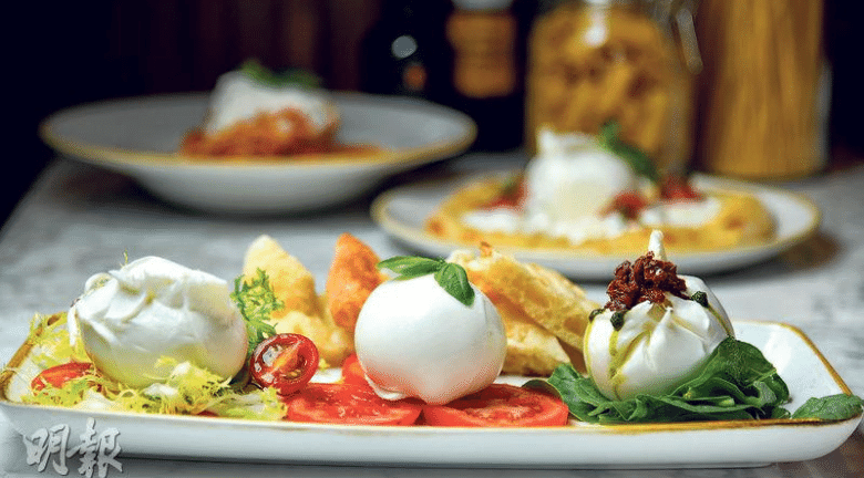 芝士三重奏 —— 三式水牛芝士,扁麵包及沙律菜(burrata, mozzarella and special burrata, schiacciata bread and mixed salad),傳統水牛芝士(中)、原味布拉塔芝士(左)與加了青醬、油漬番茄乾的特別布拉塔(右),組成清爽的芝士三重奏。簡單綴以新鮮番茄、羅勒、沙律菜與黑醋,就是品嘗新鮮芝士的最佳吃法。($189)(黃志東攝)
