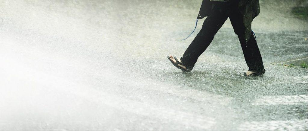 雨季選鞋貼士 落雨忌著涼鞋 沾污水易招真菌 多腳汗點處理?