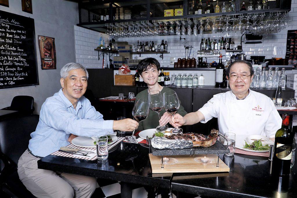 (左起)麥sir、Isaac及William聚舊不忘共嘗多款經典美食。
