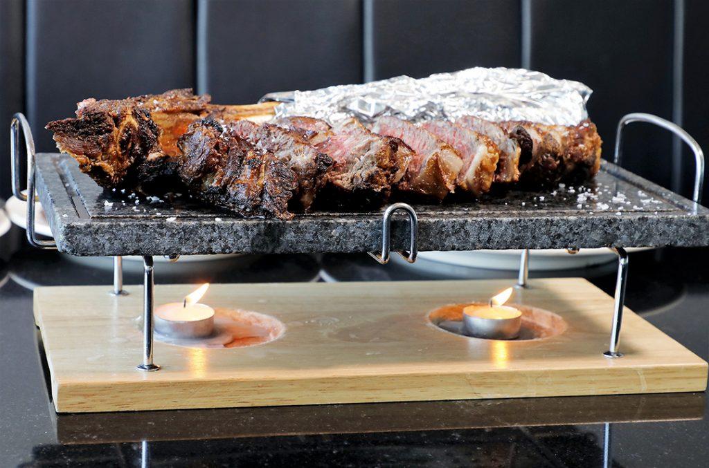 「USDA Prime戰斧扒(1,300g)」肉質好,用簡單的煮法已經可以突出牛肉香味。