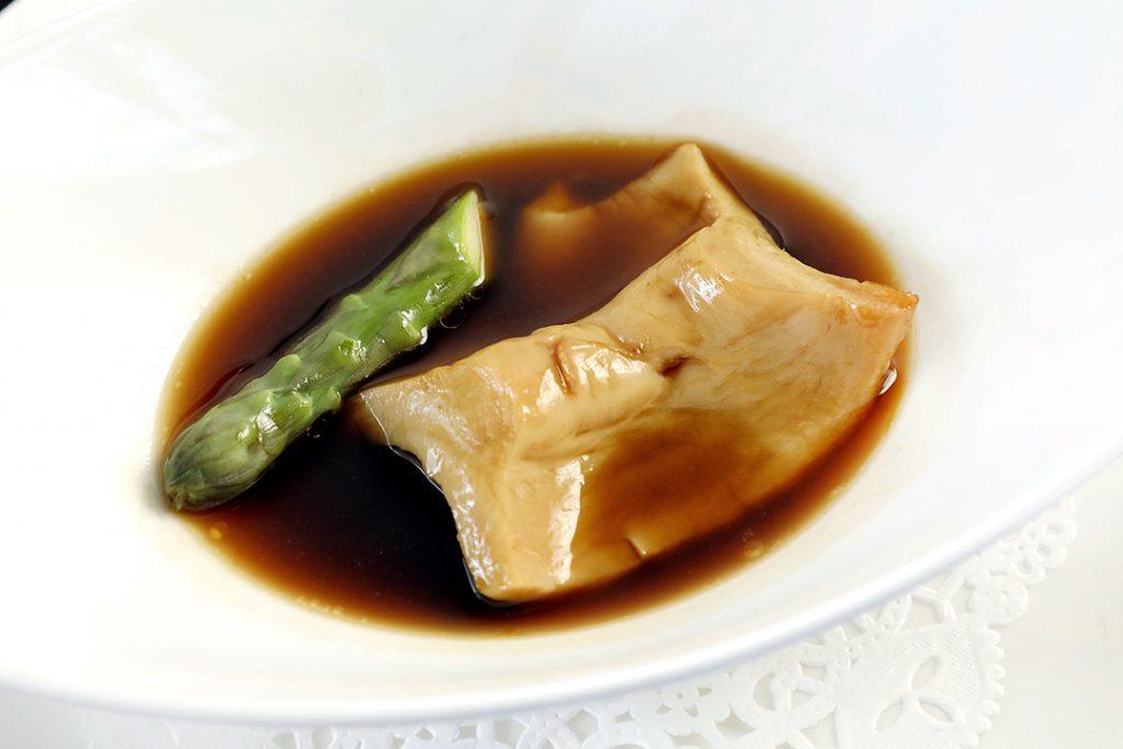 「樂意獨創經典花膠扒」把中式食材融入西式煮法,帶起一陣飲食潮流。由於有美容功效,當年成為名流淑女必定品嘗的菜式。