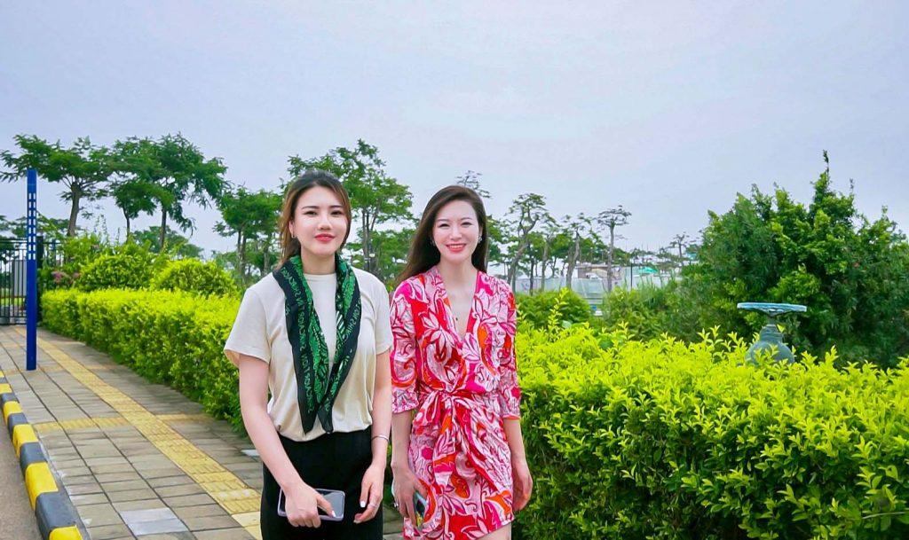 今次珠海之行的最佳導遊嘉穎(左)和Stacey,在芒洲濕地漫步。