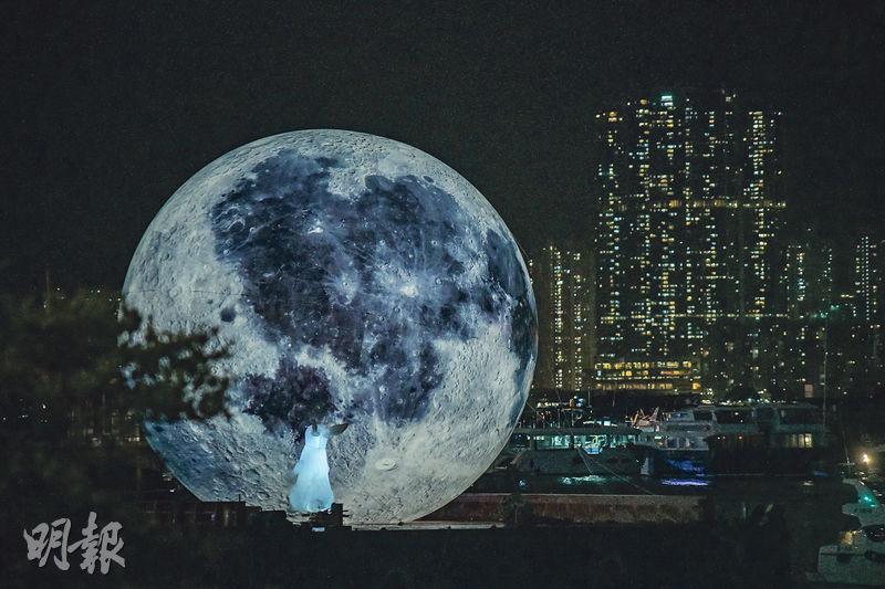 海上月光——在觀塘海面上展出的巨型「月亮」,直徑15米,以海上月光倒影為設計概念,「月亮」旁邊有一隻發光「白兔」守護。(馮凱鍵攝)
