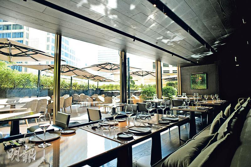 環境舒適——餐廳露天平台The Garden,客人可邊吹晚風,邊與好友享受小酒館式的精緻美食。(黃志東攝)